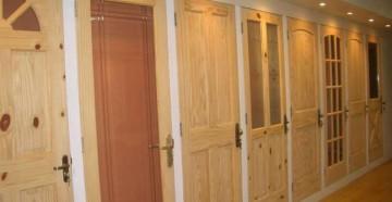 Сосновые двери в магазине