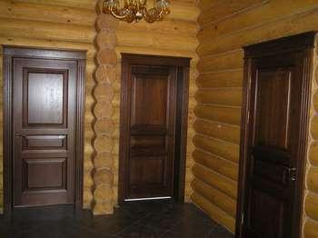 Темные дубовые двери в доме