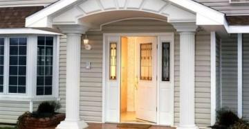 Белая дверь в светлый коттедж