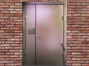 Дверь с домофоном в подъезд