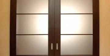 Двустворчатая темная дверь со стеклом