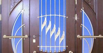 Массивная красивая входная дверь в коттедж