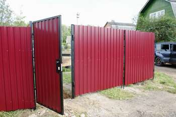 Металлическая калитка и забор