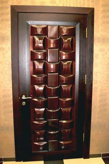 Необычная накладка на входную дверь