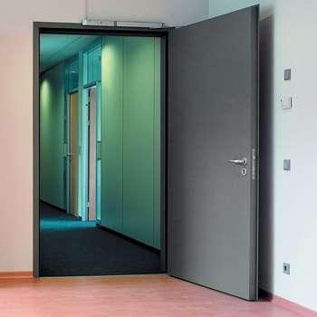 Открытая вовнутрь входная дверь