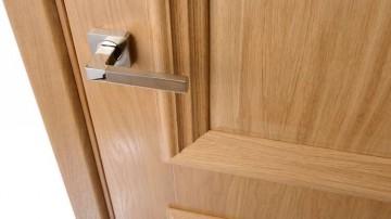 Шпонированная дверь с ручкой