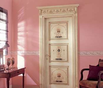 Светлая дверь в розовой комнате