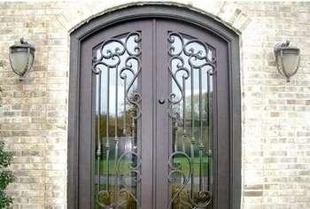 Входные кованые двери со стеклом