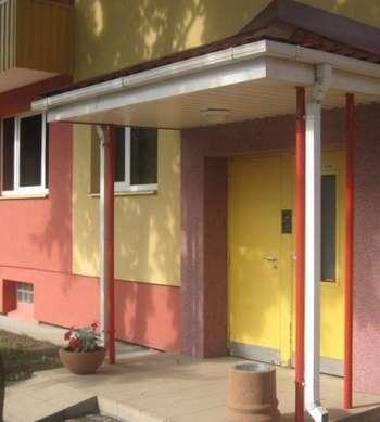 Желтая дверь в подъезд