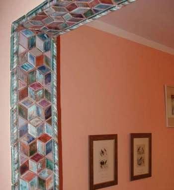 Мозайка из стекла в дверном проеме