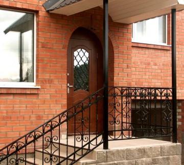 Наружная входная дверь в дом