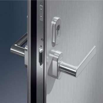 Алюминиевая дверь с замком-ручкой