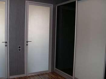 Алюминиевые двери в квартире
