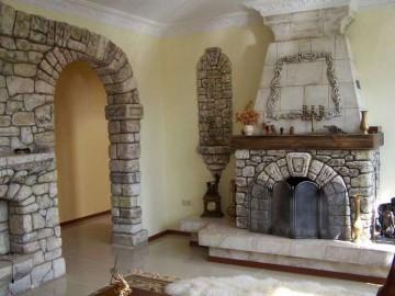 Арка и камин с декорированным камнем