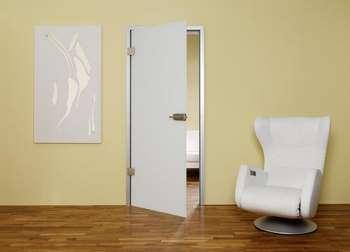 Белое полотно двери с металлом