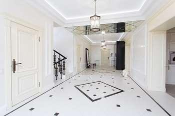 Белые двери в белом интерьере