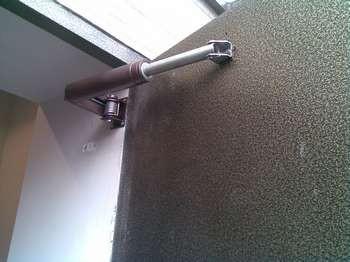 Доводчик на металлической двери