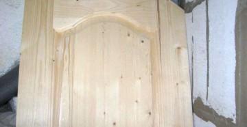 Дверь прислонена к пеноблокам