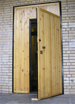 Дверь в подъезд отделанная деревом