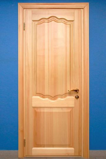 Филенчатая дверь на синем фоне