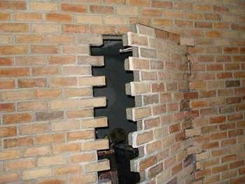 Кирпичная кладка - потайная дверь