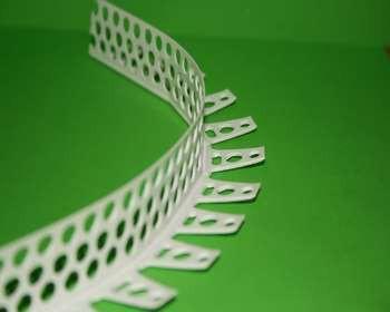 Перфорированный арочный уголок на зеленом фоне