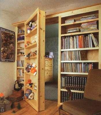 Полки с игрушками - потайная дверь