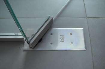 Поворотный механизм для стеклянной двери