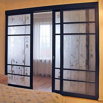 Раздвижные двери из узорного стекла