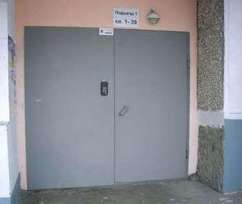 Широкая дверь в подъезд