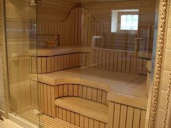 Стеклянная дверь  в бане