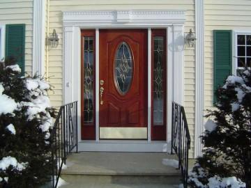 Входная дверь со стеклом и боковыми вставками