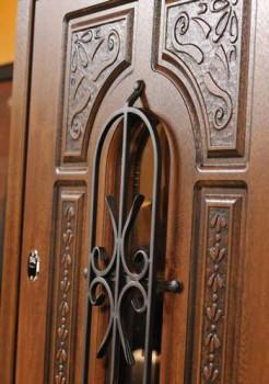Входная дверь со стеклом и накладной ковкой