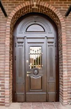 Входная дверь со стеклом и золотистой решеткой
