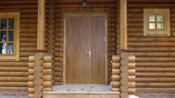 Входная дверь в дом из кругляка