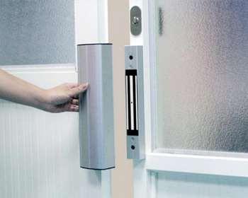 Электромагнитный замок на двери со стеклом