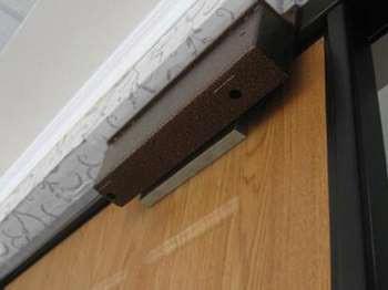 Электромагнитный замок на дверном косяке