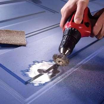 Зачистка поверхности двери с помощью насадки