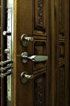Замки в бронированной двери