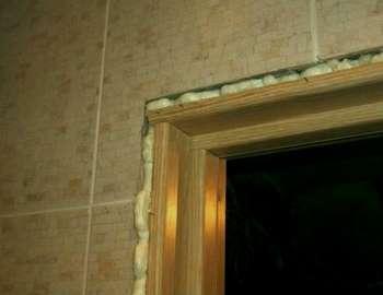 Запеняный угол дверной коробки