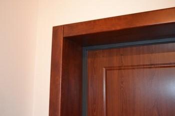Аккуратный угол двери с откосом и наличником