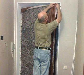 Мужик утепляет дверь самостоятельно