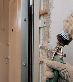 Мужик запенивает дверную коробку