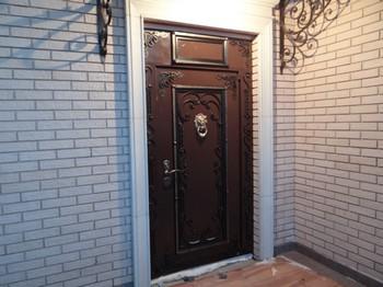 Широкаявходная дверь с ковкой