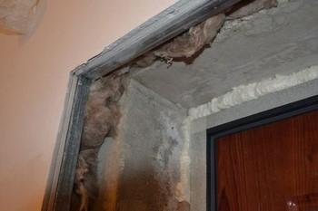 Угол дверного проема  в процессе отделки