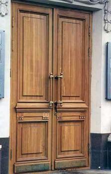 Входные деревянные двери в большое государственное здание