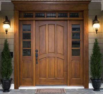 Входные деревянные двери в большое здание