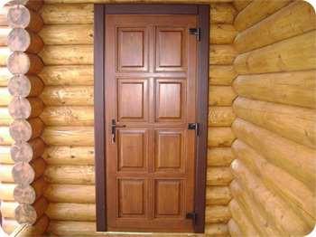 Входные деревянные двери в бревенчатый дом