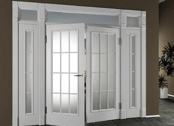 Белые деревянные межкомнатные двери с прямоугольными матовыми стеклянными вставками