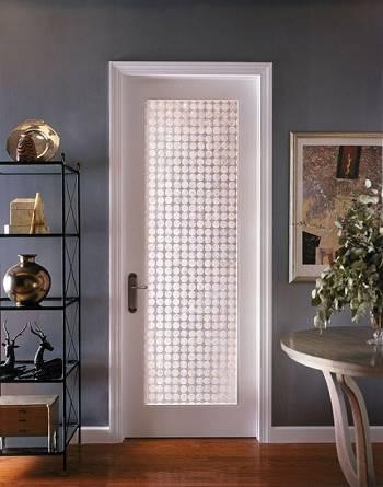 Деревянная дверь со стеклом кружочками